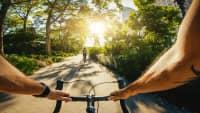 Radfahrer hält den notwendigen Abstand vom Vordermann