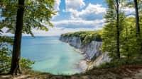 Die. Kreidefelsen auf Rügen liegen an einem der schönsten Radwanderwege Europas, dem Ostseeküstenradweg