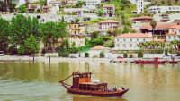 Ein kleines Holzboot auf dem Fluss Duoro in Pinhao, Portugal.