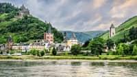 Blick auf die Burg Stahleck in Bacharach über den Rhein