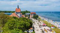 Blick auf den Strand und die Strandpromenade im sonnigen Kühlungsborn an der Ostsee