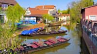 Blick auf einen kleinen Stadthafen mit den typischen Spreewaldbooten in Luebbenau im Spreewald