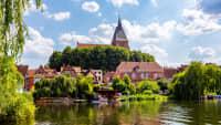 Blick auf die St. Nicolai-Kirche in Moelln mit See davor