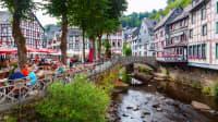 Blick auf die Fachwerkhäuser, Fluß und Cafés in der Altstadt von Monschau