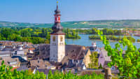 Luftbild des historischen Stadtzentrums von Rüdesheim am Rhein mit dem Turm der katholischen St. Jakobus-Kirch und des Rheins