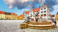 Blick auf den Rathausplatz mit Brunnen in Altstadt von Torgau