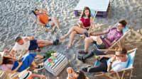 Gruppe von Freunden beim Picknick am Stadtstrand
