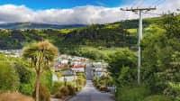 Blick auf die steile Baldwin Straße in Dunedin New Zealand mit Hügellandschaft im Hintergrund