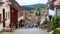 Blick hinab auf die steile Herrenstrasse in Sankt Andreasberg mit Ihren bunten Häusern