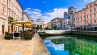 Blick auf ein Cafe an einem Kanal in der Altstadt von Triest