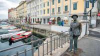 Die Statue von Nino Spagnoli am Canal Grande in Triest