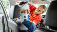 Arzt behandelt Autofahrer nach einem Verkehrsunfall