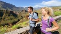 Ein Ehepaar wandert in den bergen von Gran Canaria