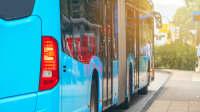 Heckansicht von einem Bus mit Warnblinker