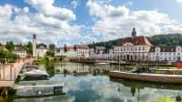 Blick über das Wasser auf den Hafen und die Stadt Bad Karlshafen