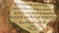 Text, der in einem Stein graviert ist