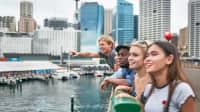 eine Gruppe junger Leute erkundet zusammen die Stadt