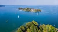 Luftaufnahme des Chiemsees und der Fraueninsel