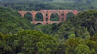 Eine Regionalbahn fährt über die Elstertalbrücke im Vogtland