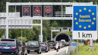 Stau im Urlaubsverkehr auf der Autobahn A 7 am Grenztunnel in Richtung Österreich in hoehe Fuessen