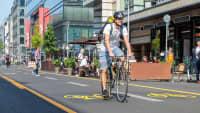 Fahrradfahrer fährt auf einem Pop Up Radweg in Berlin