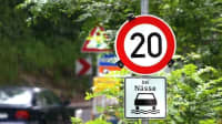 Verkehrsschilder zur Geschwindigkeitsbegrenzung bei Nässe