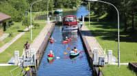 Wasserwanderer und Freizeitskipper fahren in die Diemitzer Schleuse (Mecklenburgische Seenplatte) ein