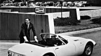 Sean Connery steht an einem weißen Auto