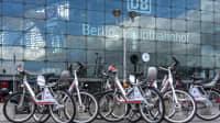 Mietfahrräder vor dem Hauptbahnhof in Berlin