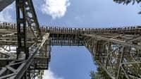 Eine Stahlbrücke von unten aufgenommen