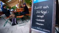 Hinweisschild zur 3G-Regel steht vor einem Restaurant