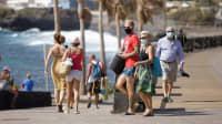 Touristen mit Mundschutz auf Teneriffa