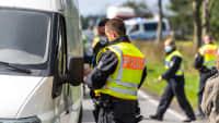 Bundespolizisten kontrollieren einen Autofahrer an der Grenze