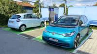 Zwei Elektroautos stehen an einer Ladesäule