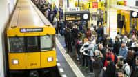 Fahrgäste warten auf einfahrende U-Bahn in Berlin