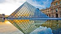 Blick auf die Pyramide des Louvre Museums in Paris