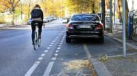 Falschparker blockieren Radfahrweg in Berlin