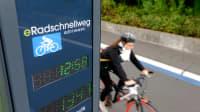 Radfahrerin auf Göttinger eRadschnellweg