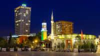 Skanderbeg Platz mit TID Tower Hotel Plaza und der Ethem Bey Moschee mit Glockenturm in Tirana, Albanien, bei Nacht