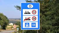 Schild zur Richtgeschwindigkeit am Grenzübergang nach Deutschland