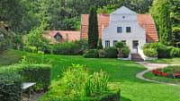 Weisse Villa in einem Park im Künstlerdorf Worpswede nahe Bremen