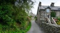 Ein Haus an der steilen Harlech Street in North Wales
