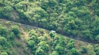 Ein weißer Kleinbus fährt die Waipio valley road auf Big Island Hawaii hinauf