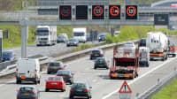 Verkehr auf einer deutschen Autobahn mit Verkehrsbeeinflussungsanlage