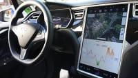 Touchscreen und Lenkrad des Elektroautos Tesla Model X