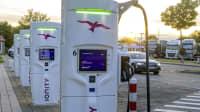 Ladesäulen für Elektroautos an einer Autobahn
