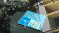 Ein Behinderten-Ausweis liegt in einem Auto vorne an der Windschutzscheibe