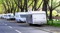 Wohnmobile und Anhänger sind in einem Wohngebietin Köln  abgestellt