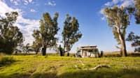 Ein Camper im australischen Outback