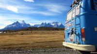 Ein blauer VW Bus unterwegs in Südamerika